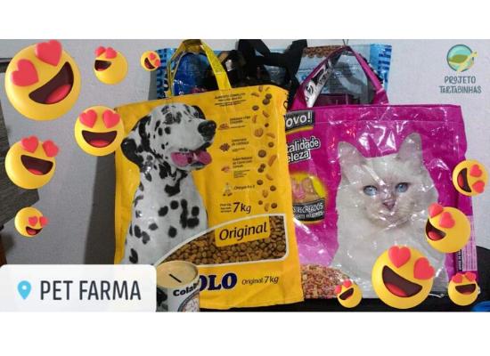 Imagem de sacolas retornáveis feitas de sacos de ração de diversas cores e tamanhos e no entorno carinhas com olhos de corações e no canto esquerdo inferior o nome PET FARMA.