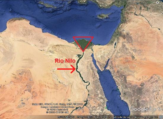 A imagem mostra uma fotografia por satélite do Rio Nilo. Há um destaque em forma triangular na imagem evidenciando o delta na porção final do rio.