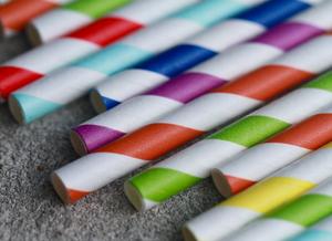 Canudos de papel coloridos dispostos horizontalmente.