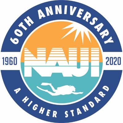 """Logotipo da NAUI. Uma figura circular traz, no seu interior, a palavra NAUI e a silhueta de um mergulhador abaixo e dos raios solares acima da palavra. Ao redor, a indicação do aniversário de sessenta anos (1960-2020) e os dizeres """"um alto padrão"""", em inglês."""
