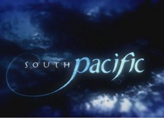 Foto do documentário South Pacific em um fundo azul escuro e preto, simulando as águas do mar.