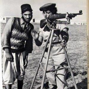 """תמונה קבוצתית יפה עם רובה: ייצוגי חיילות באלבומי צה""""ל בשנים 1958-1948 / חוה ברונפלד-שטיין"""