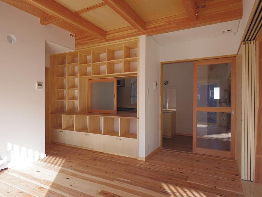 居間収納壁 後ろは台所