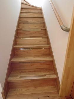 階段 裏のエアコンへの通気孔