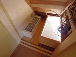 階段裏 床下エアコンとテレビ用機器ボックス