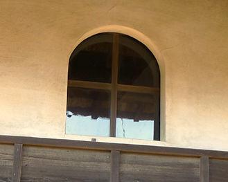 旧手賀教会堂の窓。十字に区切られています。