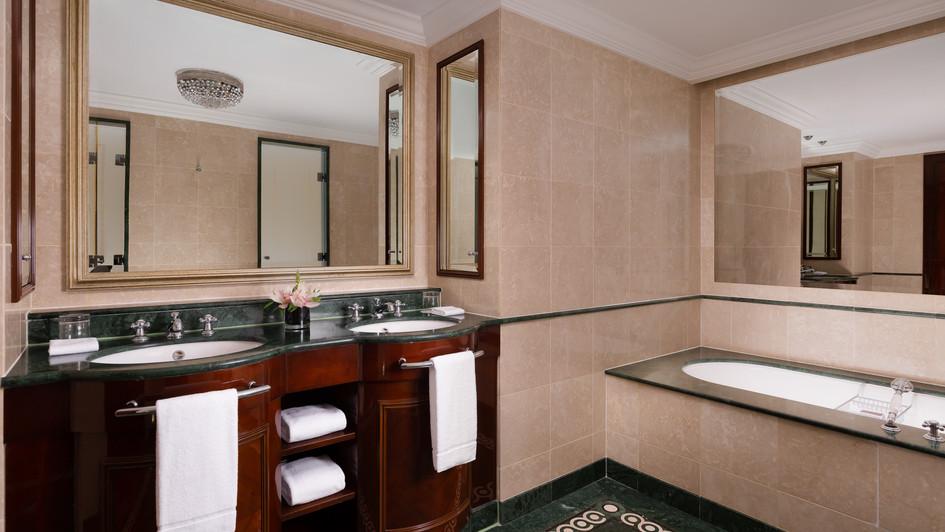 RC_MOWRZ_Suite_Bathroom.jpg