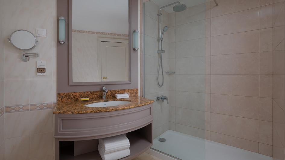 MH_EVNMC_Executive_Room_Bathroom.jpg