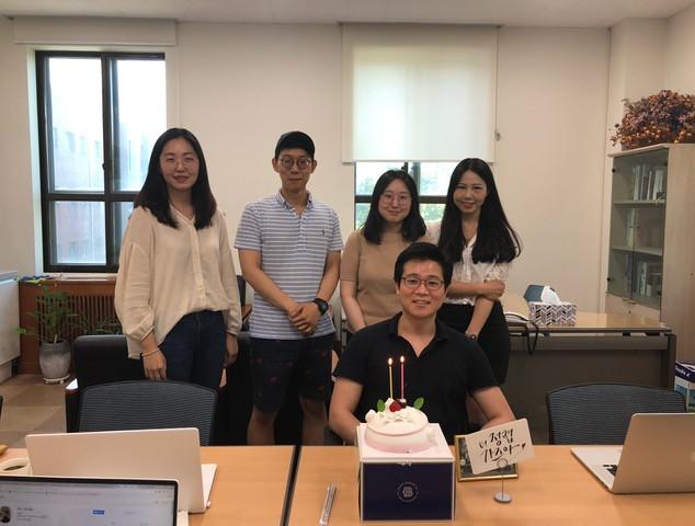 정기훈 교수님 창의선도 신진연구자 선정 기념 학생들의 깜짝 파티!