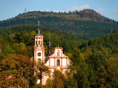 Kostel sv. Máří Magdalény v Mařenicích v pozadí s Hvozdem
