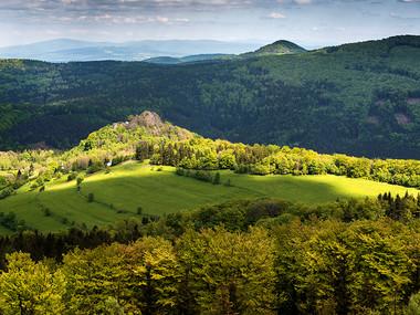 Tolštejn v pozadí s nejvyšším vrcholem Lužických hor Luž