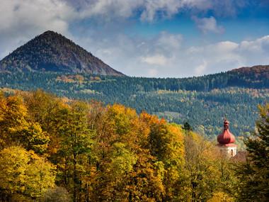 Vrch Klíč a věž kostela v Polevsku