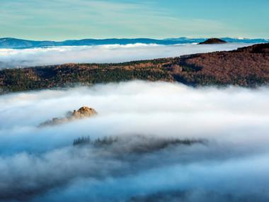 Mlha kolem Tolštejna a pod Luží, v pozadí zasněžené Krkonoše