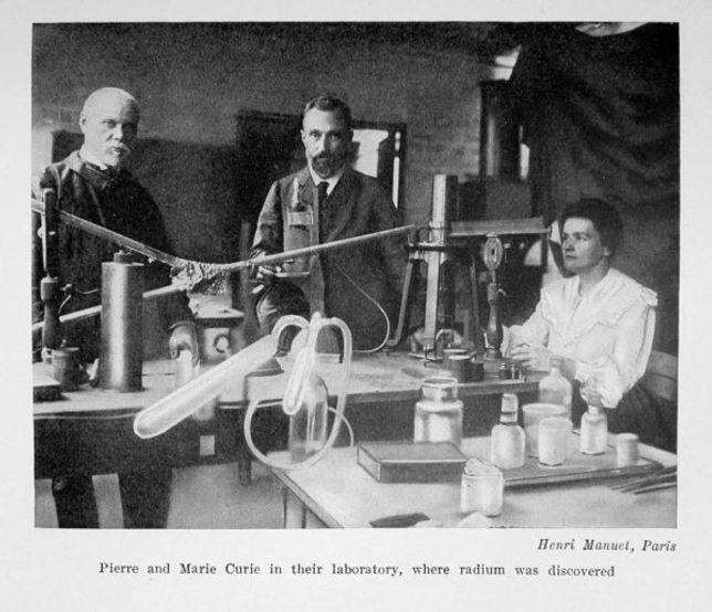 Marie_Curie_e_Pierre_Curie_no_laboratóri