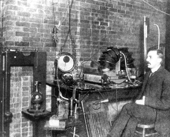 Rutherford_em_seu_laboratório_cerca_de_1905