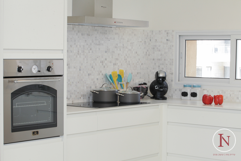 מבט למטבח דירת נופש בנתניה