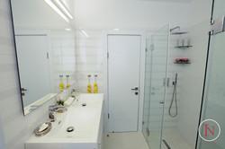 מבט למקלחת דירת נופש בנתניה