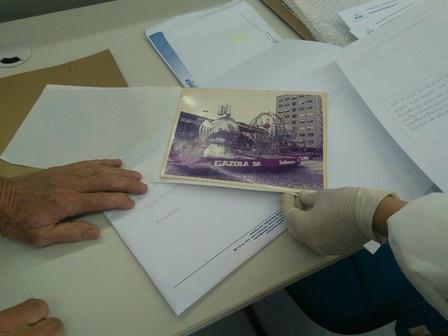 Voluntários auxiliam na identificação de fotografias antigas do acervo do Memorial Gazola