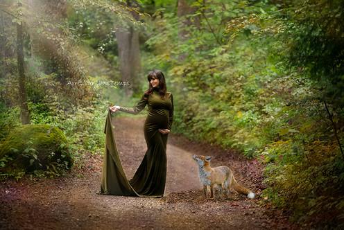 Séance grossesse en extérieur dans une forêt