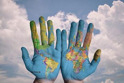 Hender-med-verdenskart.jpg