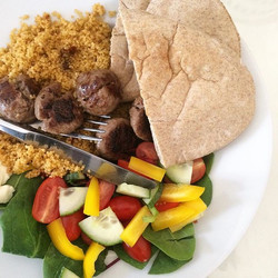 🙌🏼🙌🏼🙌🏼 Lunch today before dance this evening- pitta breads with meatballs and salad, and a sid