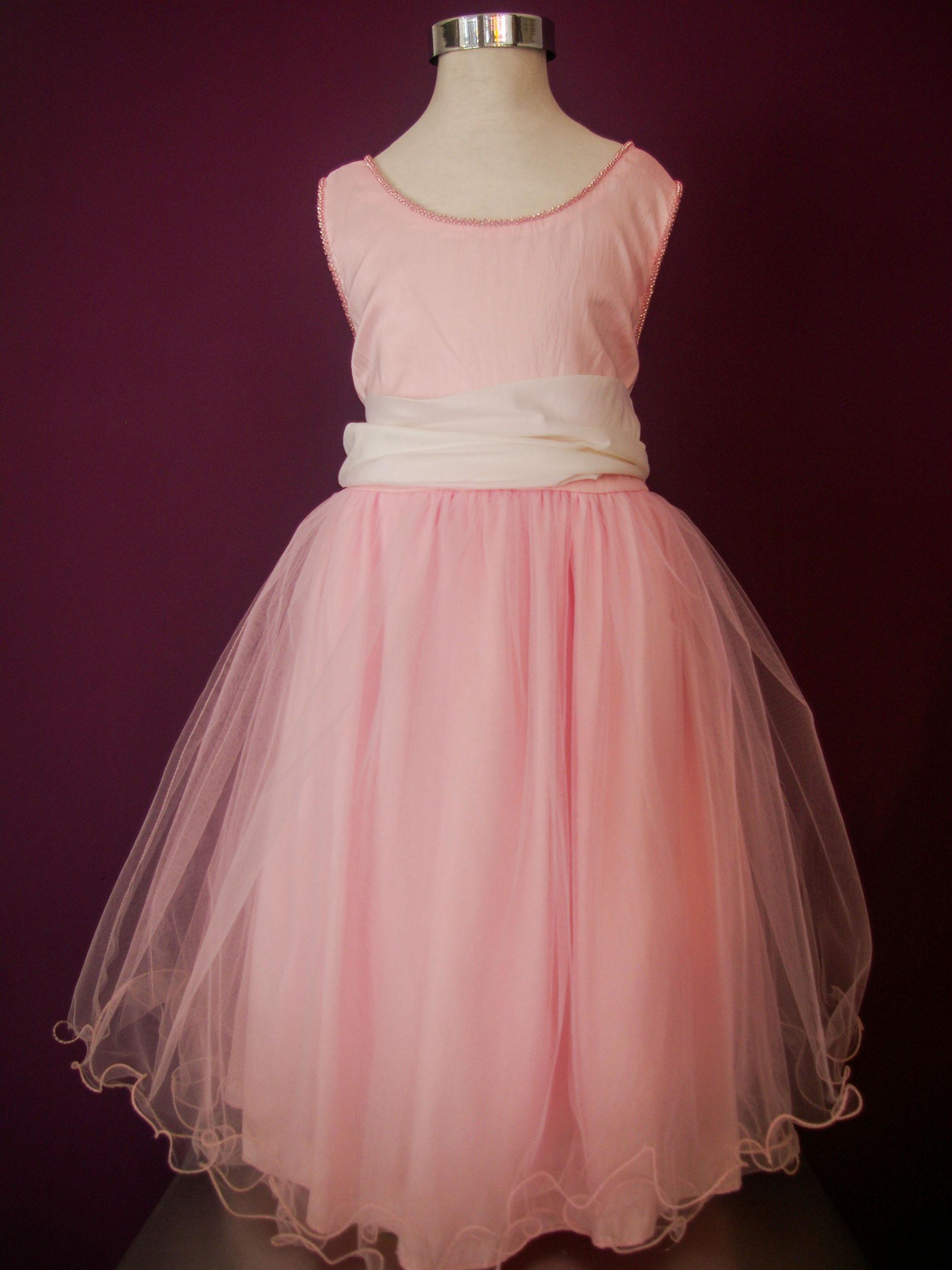 e5a0535d7 Diseño Antonieta - Clásico vestido de niña con faja a contratono y falda de  tul. Bustier liso con detalles bordados a mano en canutillos.