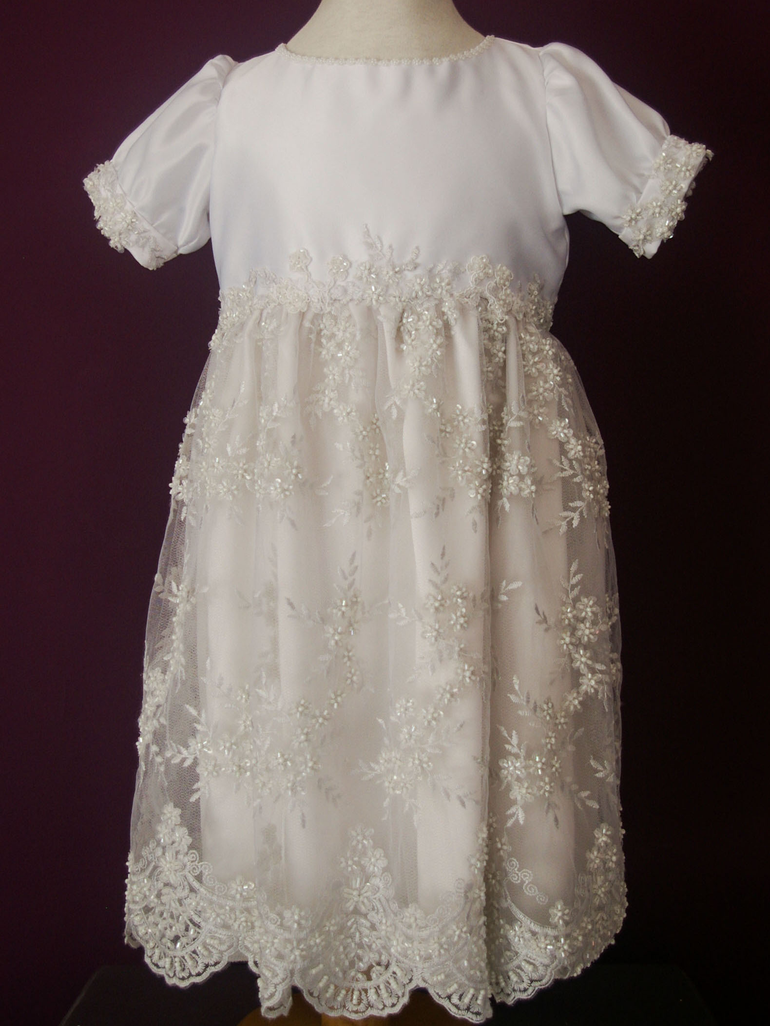 ab4b87541 Diseño Carlota - Vestido para niña con manga corta en raso de seda y falda  de tul bordado con hilo y pedrería. Finos detalles de florcitas bordadas a  mano ...