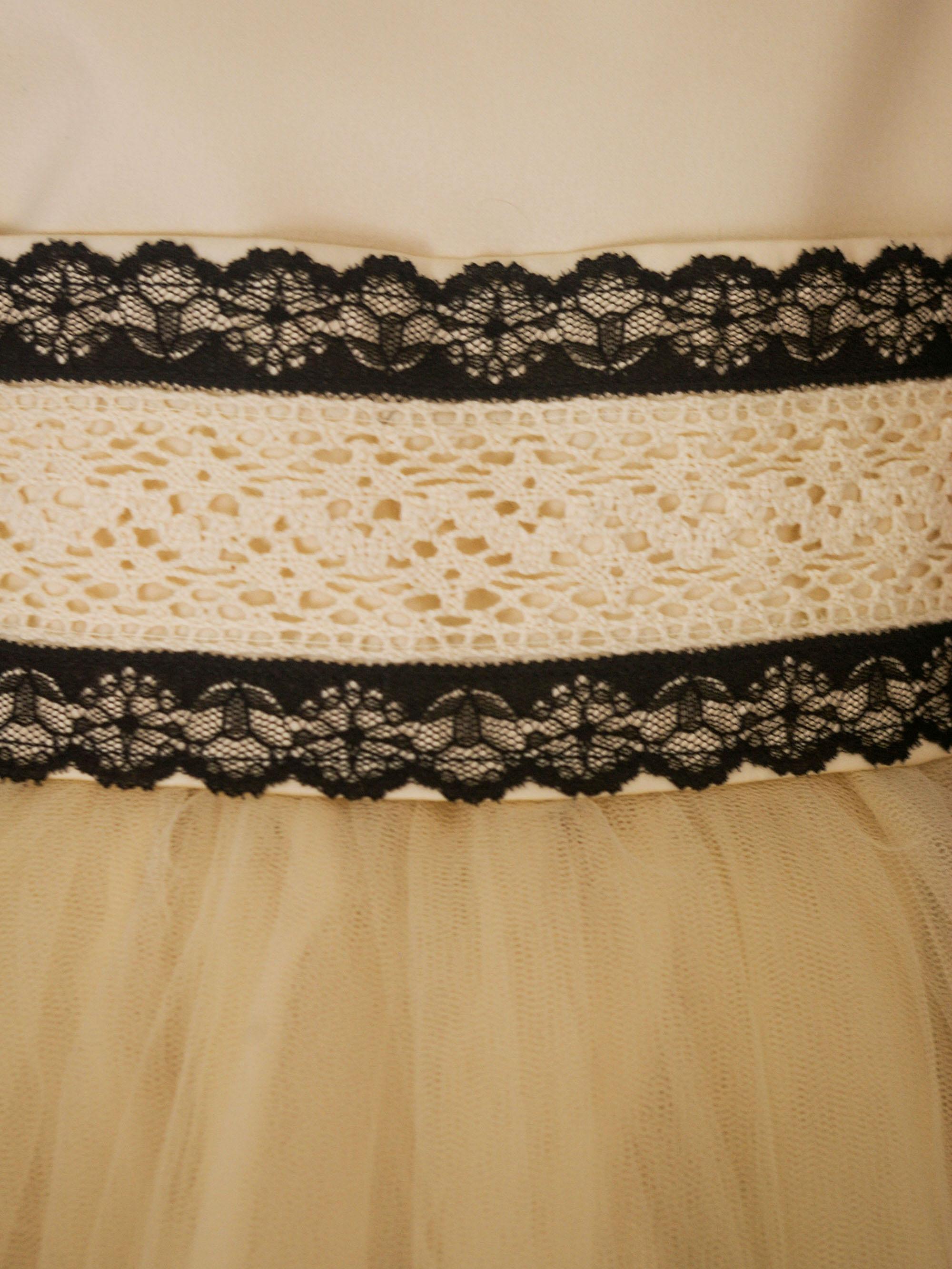 2f95be8b3 Diseño Luz - Moderno vestido para niña en color natural, combinado con  puntillas negras. Corte princesa con amplia falda de tul.