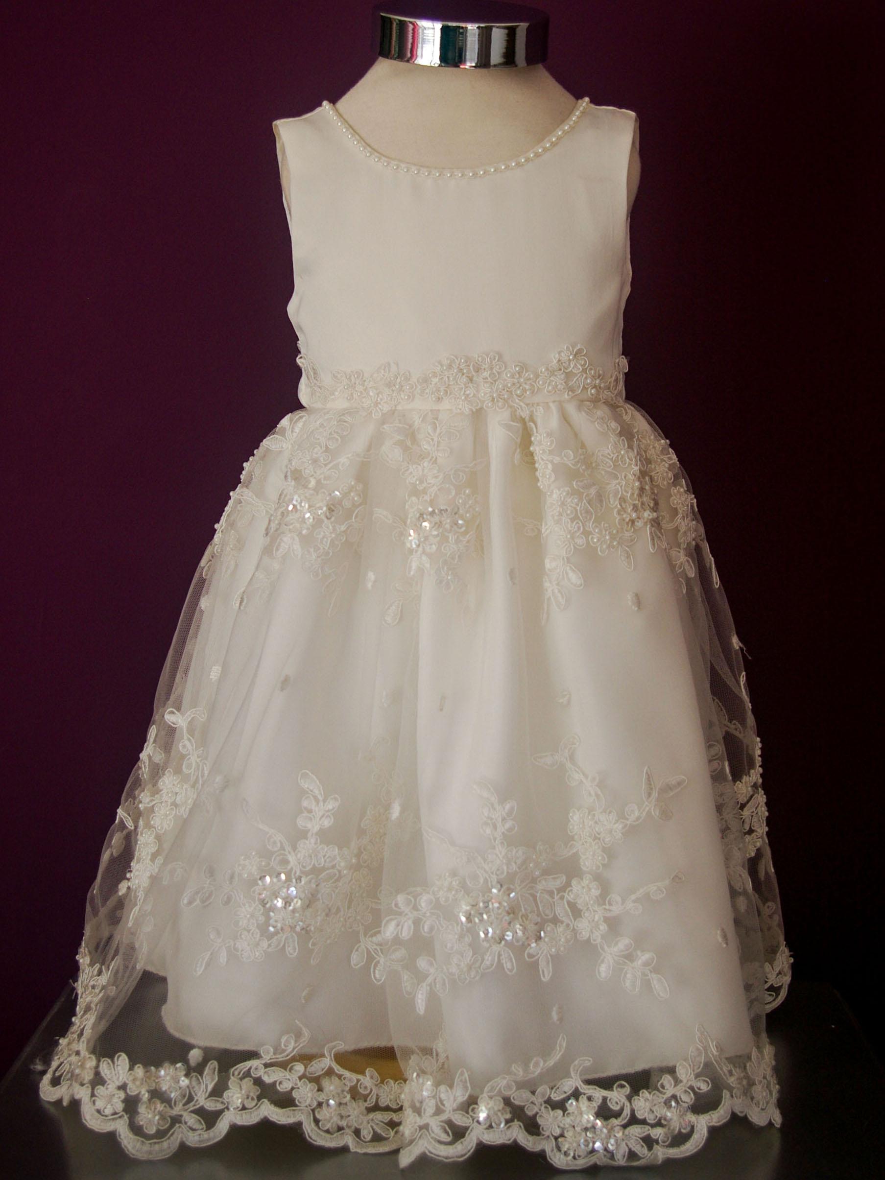 1dad1f934 Diseño Victoria - Vestido de niña corte princesa con cuerpo de raso bocelli  y detalles manuales de perlas. Falda de tul bordado a mano.