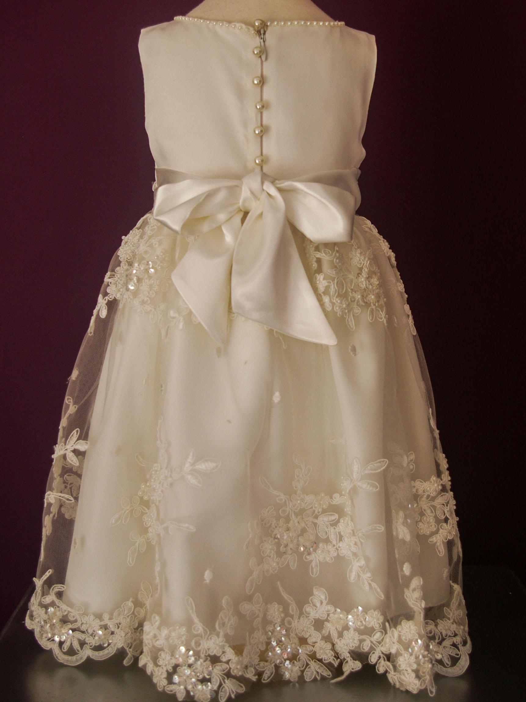 dd5cb0783 Diseño Victoria - Vestido de niña corte princesa con cuerpo de raso bocelli  y detalles manuales de perlas. Falda de tul bordado a mano.