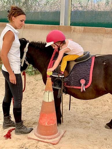 Séance d'Equitérapie prise en charge d'un enfant troubles autistiques en thérapie avecle cheval à Equithérapie 63 photo prise par Sylvia ROCHE