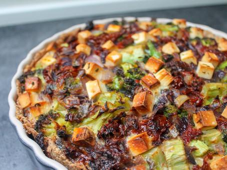Tærte med broccoli, soltørrede tomater, rødløg og feta