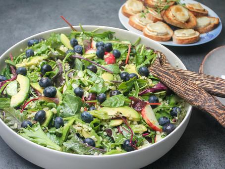 Chevre chaud salat med blåbær og avocado