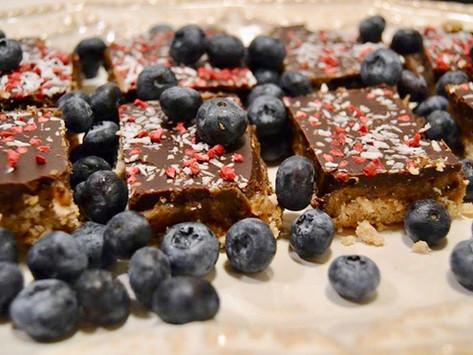 Snickersbidder med saltkaramel og chokolade