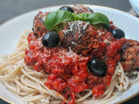 """Krydrede, vegetariske """"kødboller"""" i tomatsovs"""