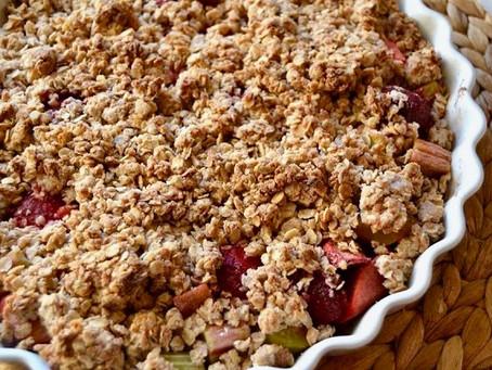 Crumble med rabarber, jordbær og nektariner