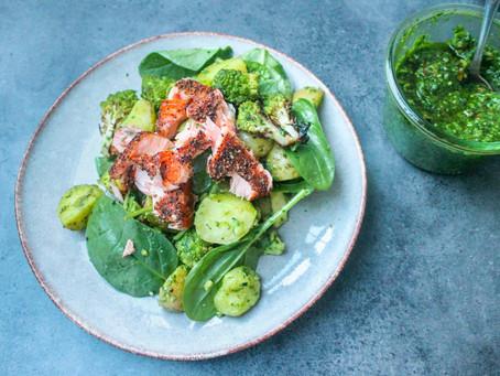 Kartoffelsalat med ramsløgspesto og varmrøget laks
