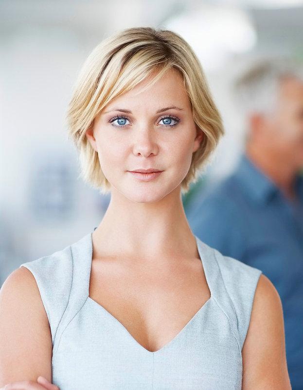 Mujer con el pelo corto rubio