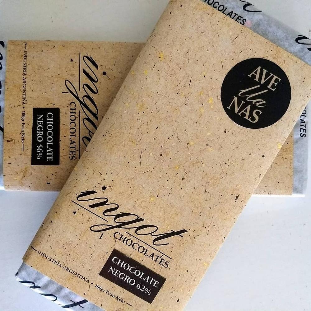 Tabletas de chocolate ingot blanco y con leche y miel