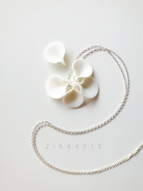 SMALL WHITE FLOWER PETAL NECKLACE
