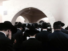 Amuka Yartzeit Men Praying