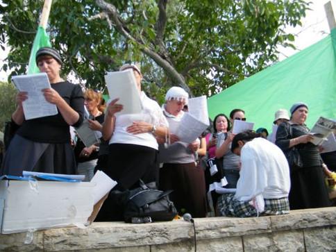 Amuka Yartzeit Women Praying