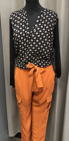 Pantalon cargo (84€) - t-shirt manches longues (49€)
