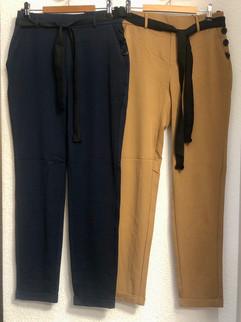 Pantalons fluides bleu marine ou camel avec ceinture noire - 44€