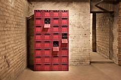 Moodfotografie rote Weinkisten Kellerraum