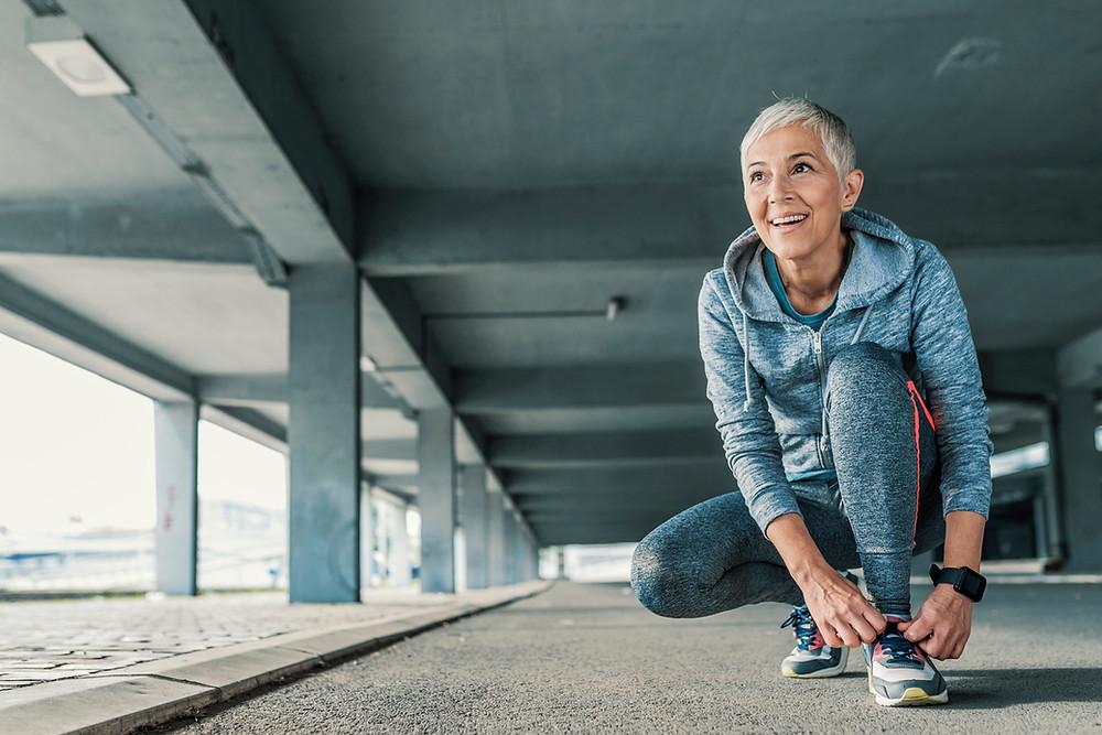 """¿Cómo favorece el Glutathione a las articulaciones?  La artritis, como una enfermedad degenerativa, puede ser causada por una inflamación crónica...  ...a su vez el Glutatión regula el sistema inmune, lo cual nos lleva como consecuencia directa que si el glutatión regula el sistema inmune, también previene o reduce esa inflamación articular.  Los síntomas de la artritis reumatoide, y el dolor de las articulaciones, crean desgaste físico en los pacientes, lo que reduce aún más sus niveles de energía, genera más sensación general de cansancio y debilidad en sus músculos.  El Glutatión combate esa debilidad, ya que aumenta los niveles de energía del cuerpo. Cuando el Glutatión logra esto, los pacientes con artritis reumatoide mejoran de forma importante su rendimiento en el trabajo y todavía tienen la energía suficiente para disfrutar más de la vida.  Como beneficio inmediato, el Glutatión, al fomentar un equilibrio en la respuesta inmune,  contribuye de manera importante en la prevención de la progresión de la artritis reumatoide y ayuda a aliviar los signos y síntomas de la enfermedad, proporciona alivio en el dolor de la artritis.  Expresado en términos sencillos, el Glutatión tiene propiedades anti-inflamatorias, que previenen y alivian los problemas de las articulaciones.  """"La actividad de la enzima dependiente de Glutatión peroxidasa (GSH-Px) en glóbulos rojos, suero y granulocitos fue significativamente menor en pacientes con artritis reumatoidea..."""" En un estudio realizado por la Unidad de Investigación de Reumatismo, del Hospital Ortopédico de Universidad de Aarhus, Dinamarca, acerca de la actividad de Glutatión peroxidasa en pacientes con artritis reumatoide y en sujetos normales, se observó que la actividad de la enzima dependiente de glutatión peroxidasa (GSH-Px) en glóbulos rojos, suero y granulocitos fue significativamente menor en pacientes con artritis reumatoidea   https://www.ncbi.nlm.nih.gov/pubmed/3675661    Todo lo cual nos corrobora que si no exis"""
