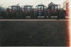 4 Same tractoren naast elkaar