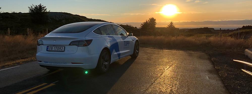 Vi kjører blant annet Tesla Model 3 til automatopplæring.