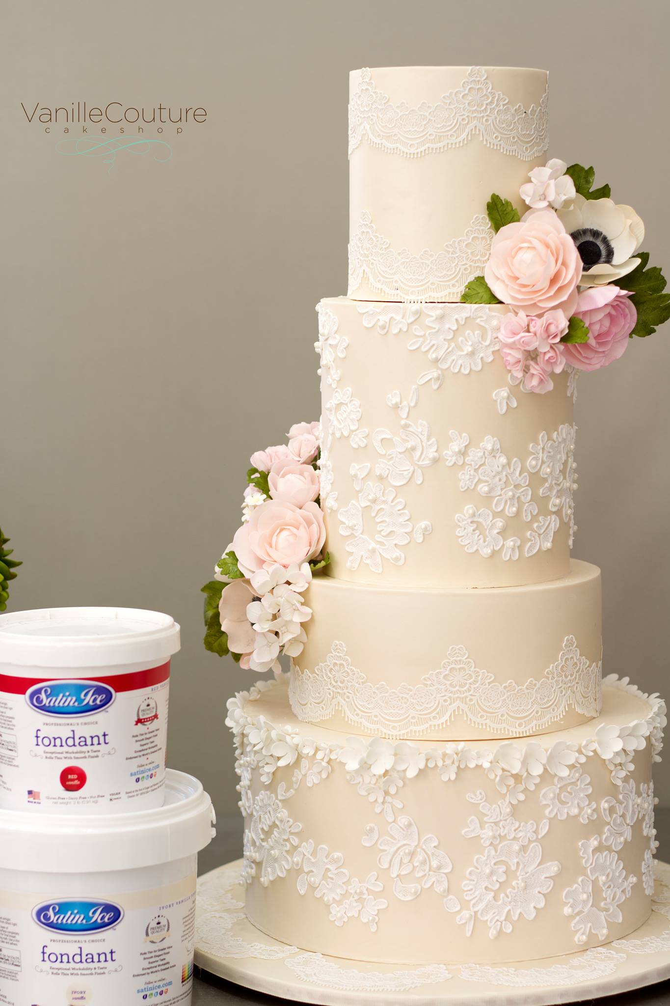 Pastel de boda con encaje