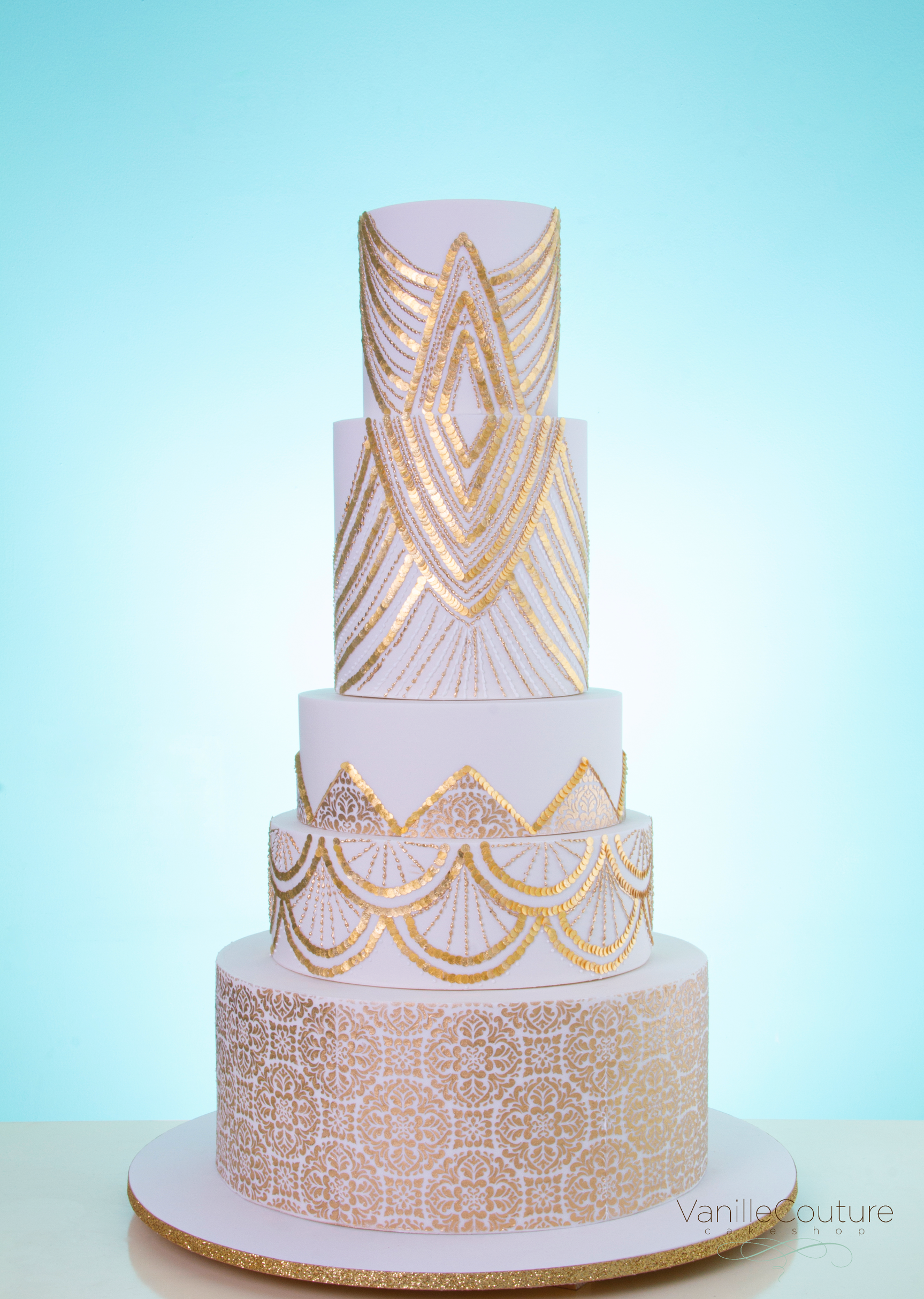 Pastel de boda con lentejuelas comestibles - White and Gold wedding cake
